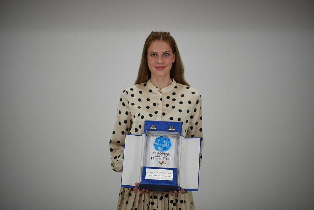 Yaroslava Mahuchikh with the Best European Young Athlete prize (Photo credit: Polish Olympic Committee)