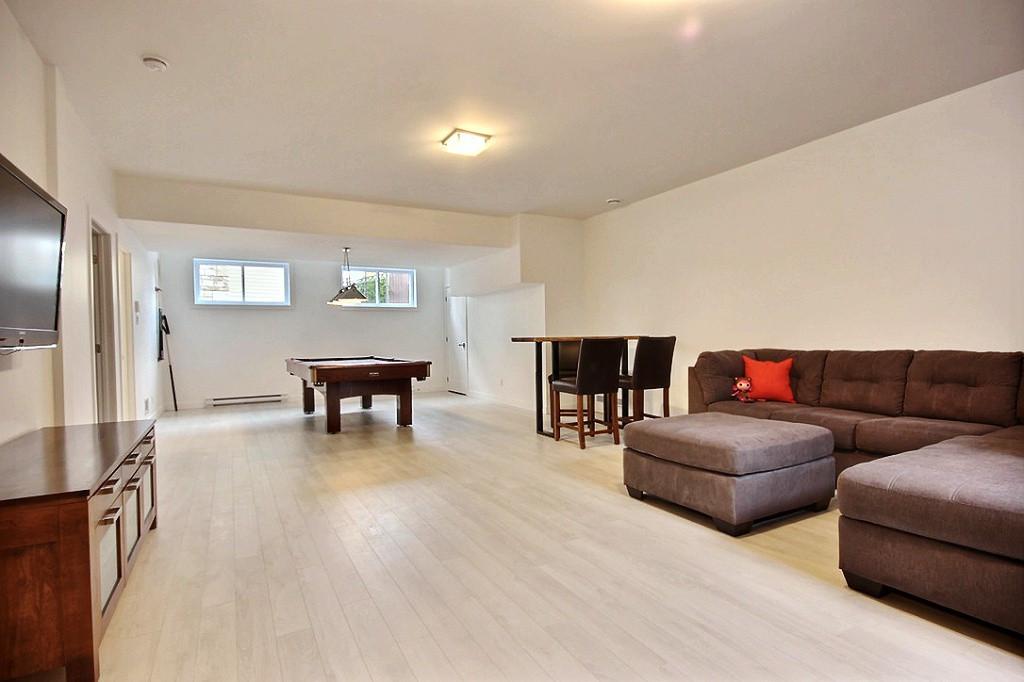 Maison avec 2 garages / Sous-sol