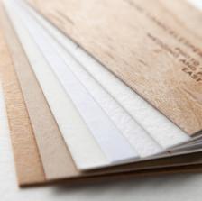 Papiers fins ou texturés.  En kraft, coton, bois ou papiers recyclés.