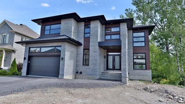 Maison à étage avec garage / Extérieur