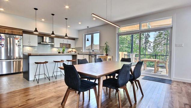 Maison à étage avec garage / Salle à manger 2