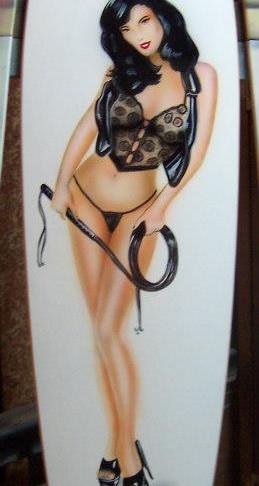 Peint à la main au pinceau sur longboard.