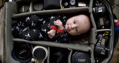 Photo bébé | Des photographes prennent des photos de leurs bébés dans leurs sacs d'équipements.