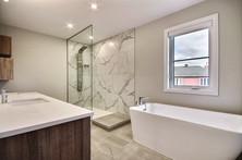 Modèle de maison à étage avec garage / Salle de bain 1