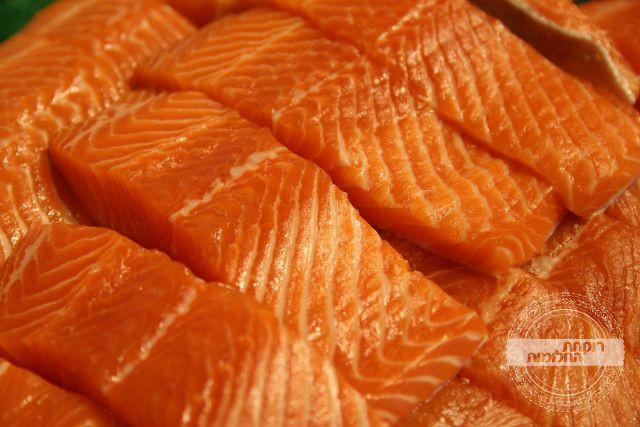 מסדרים את נתחי הדג בתבנית