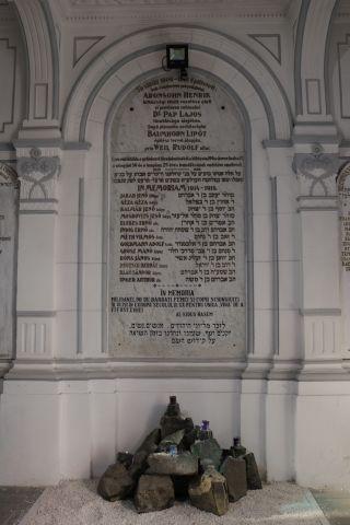אנדרטה לזכר השואה בביתה כנסת בבראשוב | רוקחת החלומות