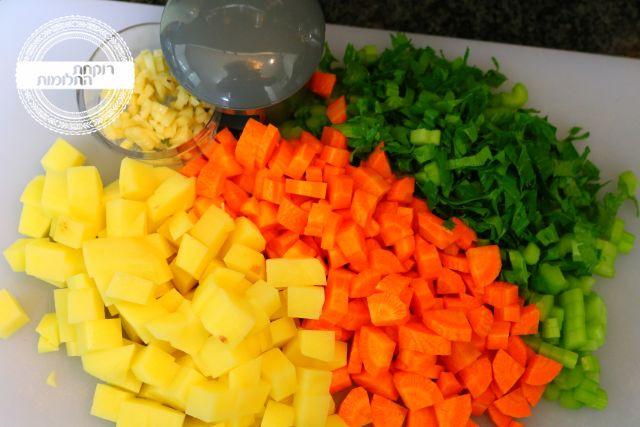 חותכים את כל הירקות למרק לקוביות קטנות