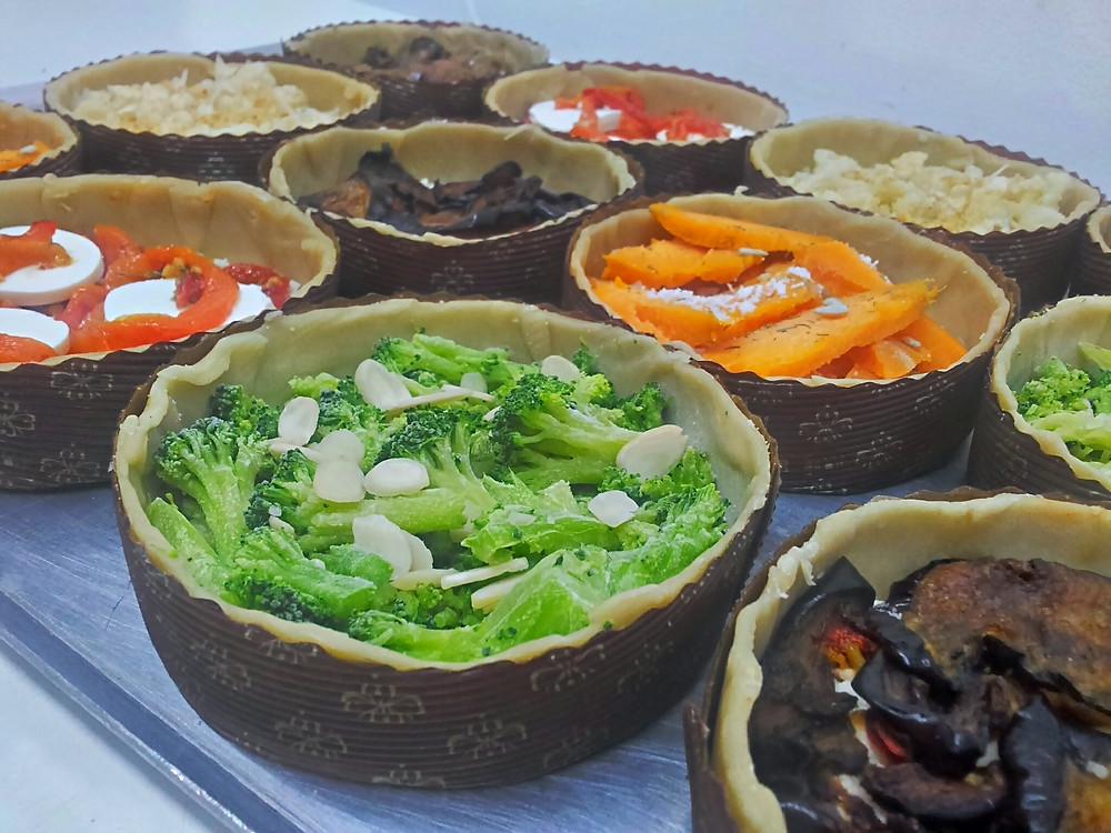 מסדרים על הבצק את הגבינות והירקות