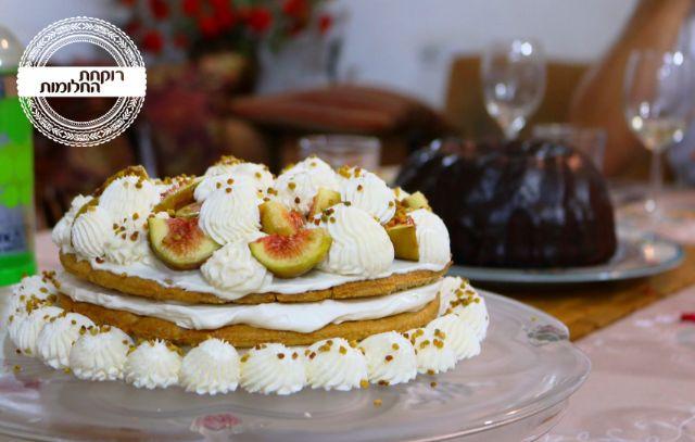 העוגה על שולחן החג. ברקע - עוגת דבשוקולד