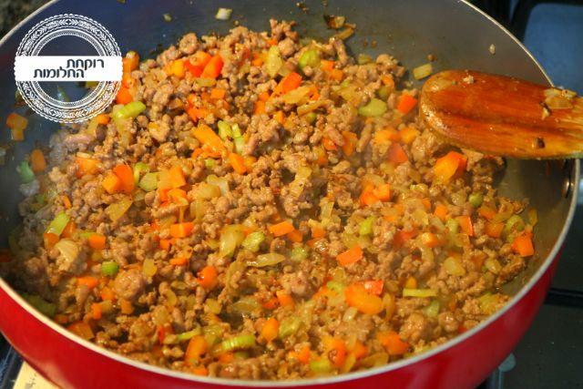 מוסיפים את הבשר הטחון, מפוררים ומ בשלים עד שמשנה את צבעו