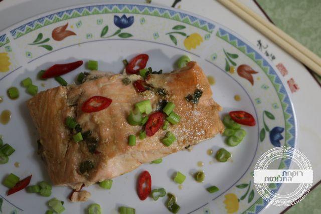 להגשה - מקשטים בבצל ירוק וצ'ילי אדום קצוצים דק