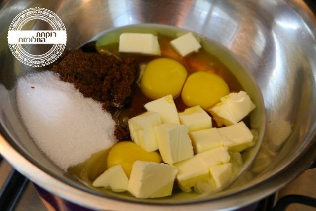 ביצים, סוכרים וחמאה בקערת נירוסטה