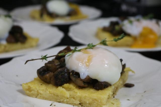 פטריות צלויות וביצה עלומה על מצע פולנטה | הבלוג של שרון סער