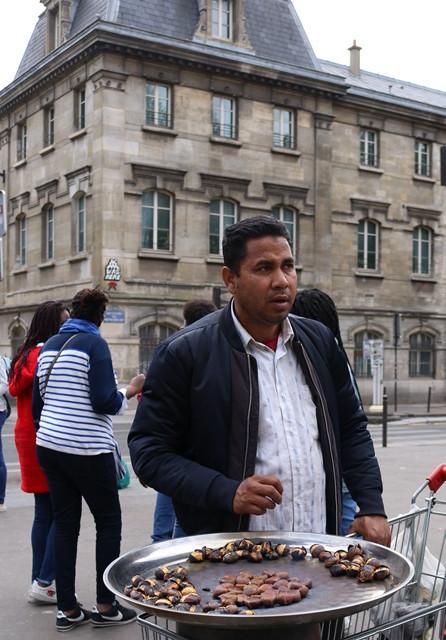 מוכר ערמונים בפריז, אוקטובר 2019