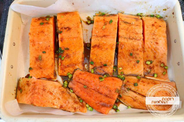 משרים את הדגים ברוטב למשך שעה-שעתיים. הופכים מדי חצי שעה