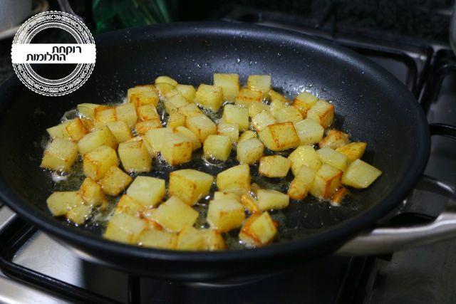 מטגנים את קוביות תפוחי האדמה עד להזהבה