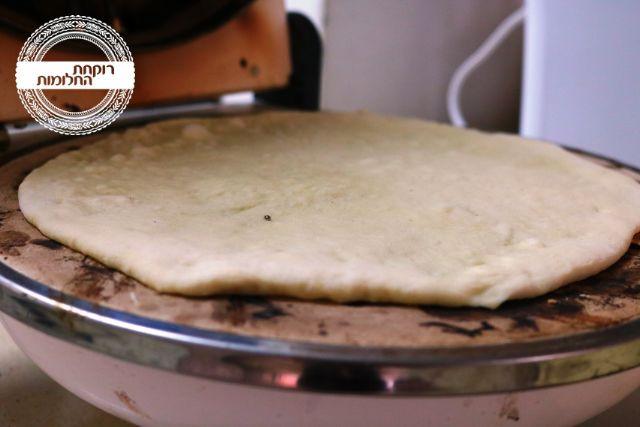 אופים את בסיס הפיצה ללא תוספות