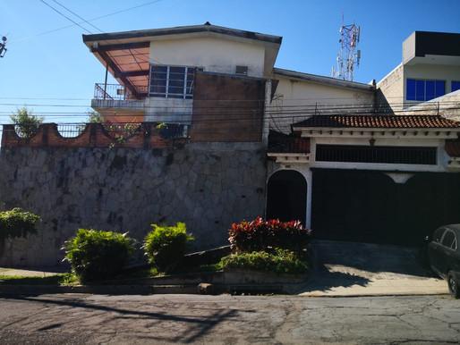 Enorme Casa de inversión Colonia Escalón parte alta sobre calle abierta a remodelar