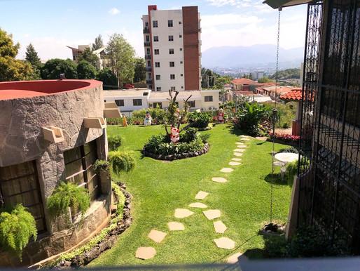 Casa grande de esquina en Colonia Escalón parte alta, no privado Con vista panorámica para la ciudad