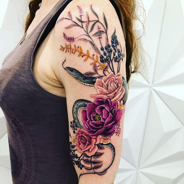 Tatuagem floral feita em duas sessões -