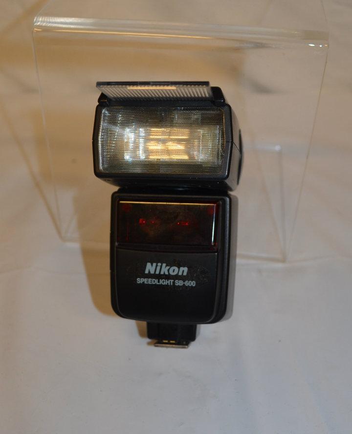 Nikon speedlight SB-600 camera flash