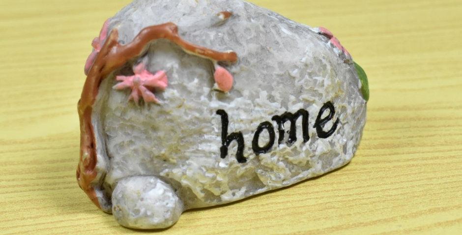 """โมเดลก้อนหินในสวนขวด """"home"""""""