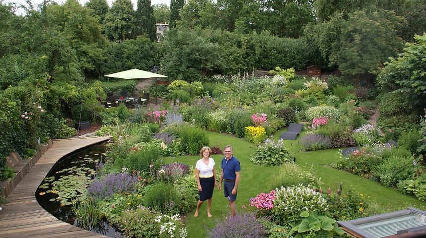 Ingrid en Eugene in tuin overzicht.JPG