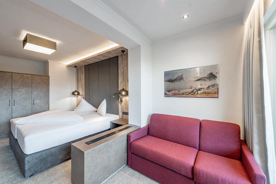 Komfortables Doppelzimmer mit Südblick Richtung Obergurgl. Seperates Bad, Balkon, TV, Ausziehcouch, Fön, Toilette sind im Zimmer vorhanden. Der Balkon bietet sich vor allem im Sommer zum Sonnenbaden auf, da es ab Mittag bis zum Sonnenuntergang im Sonnenschein steht. Das Hotel Riml bietet 24 Zimmer dieser Kategorie.