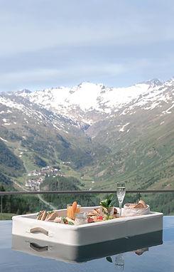 Floating Breakfast in Hochgurgl im Hotel Riml. Absoluter Instagram Hotspot. Einmalige Aussicht mit Prosecco, privatem Pool, Saune, Ruheraum, Wellness Area in der Sky Relax Area