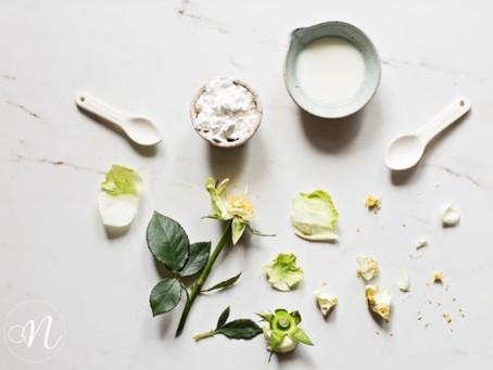 Faça esta máscara de rosas brancas para acalmar e nutrir a pele