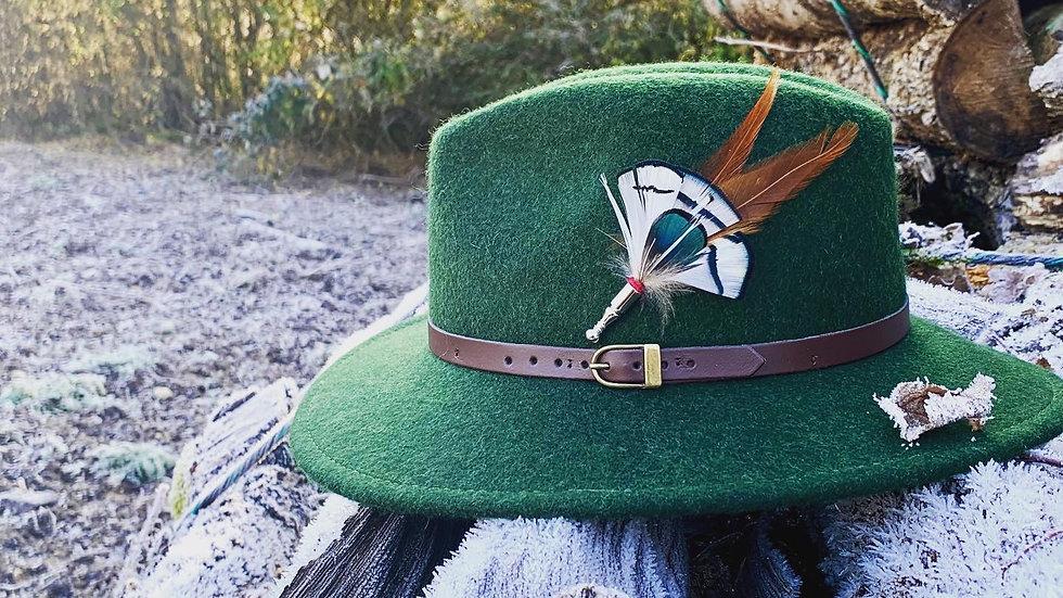 Pack «Chapeau vert forêt + broche au choix»