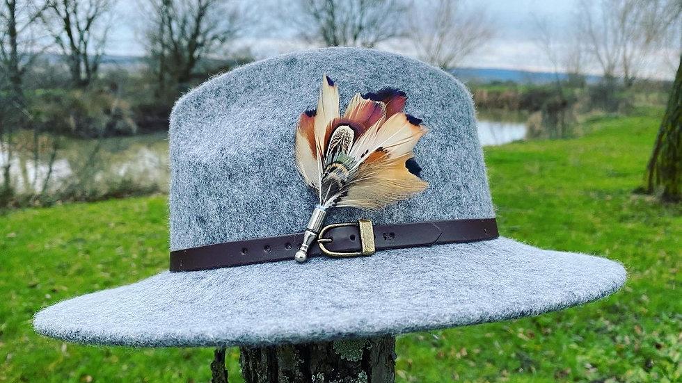 Pack «Chapeau gris clair + broche au choix»