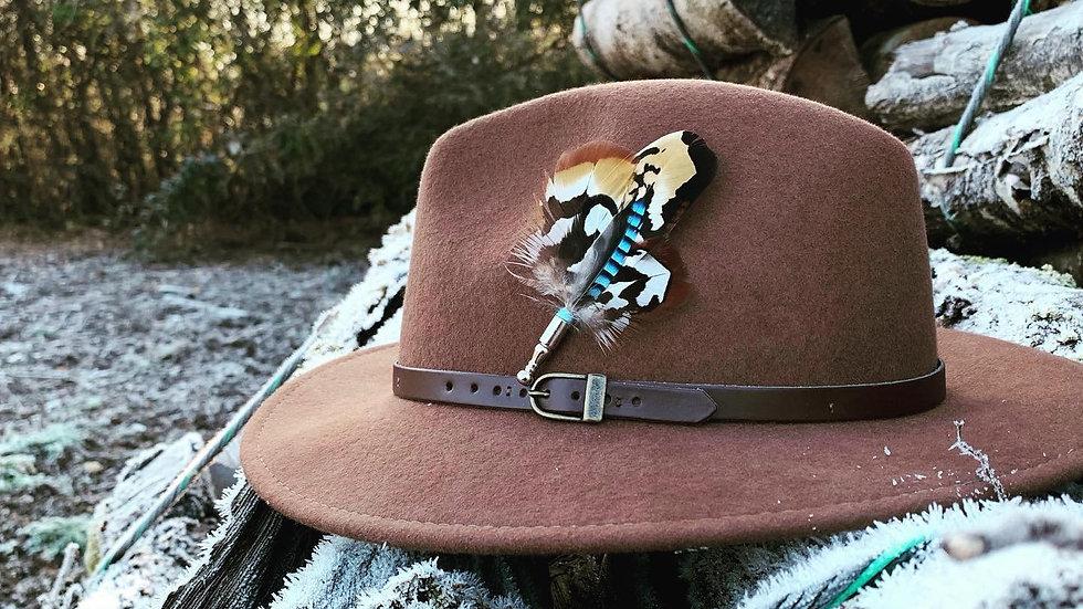 Pack «Chapeau taupe + broche au choix»