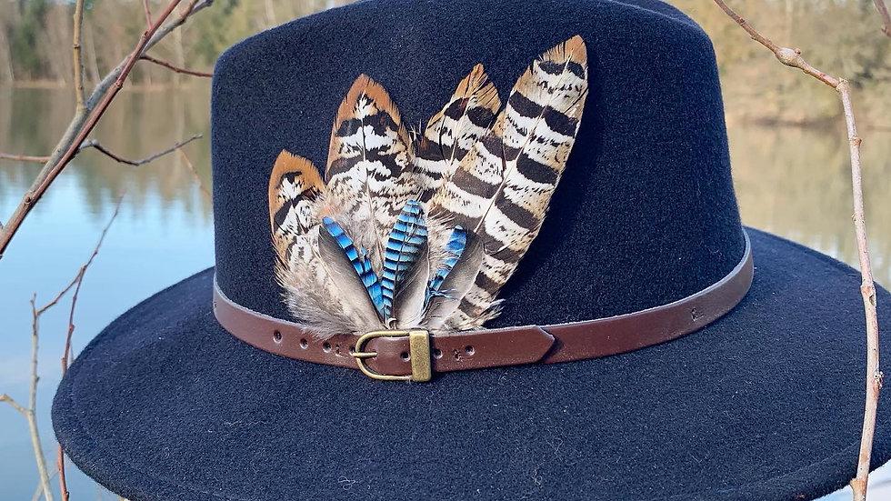 Pack «Chapeau bleu marine + broche au choix»