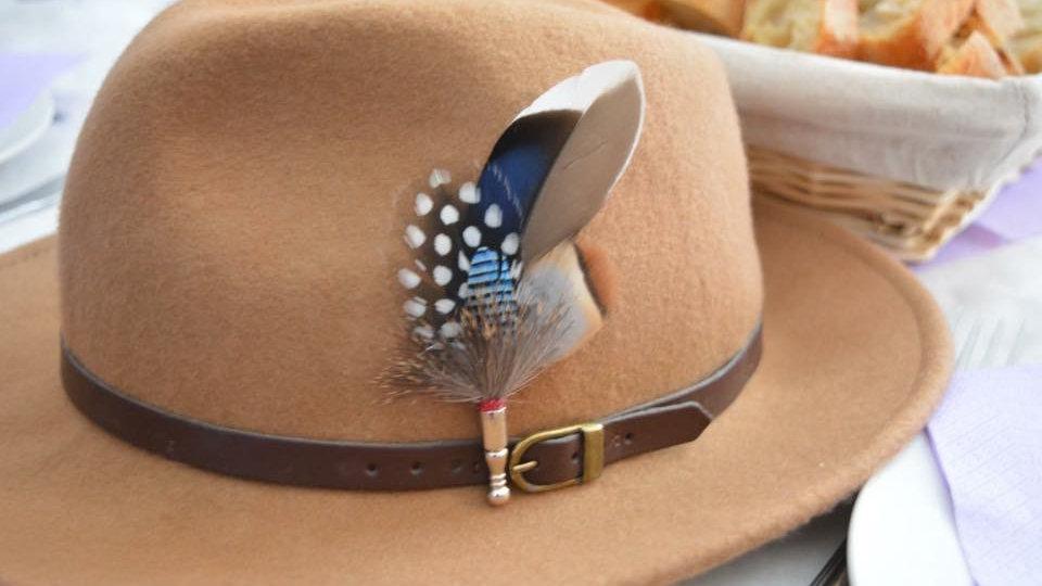 Pack «Chapeau beige + broche»
