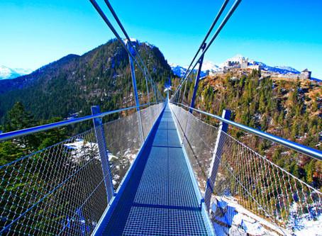Highline 179 – Fußgänger-Hängebrücke vor atemberaubendem Bergpanorama