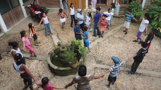 Niños, niñas y adolescentes (NNA) practicando un juego tradicional indígena
