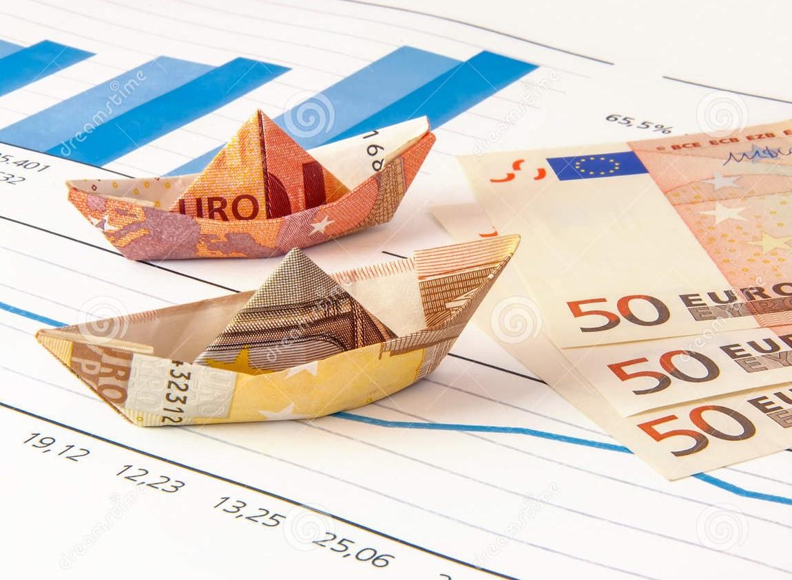 euro-grafico-di-origami-dei-soldi-della-barca-60095200