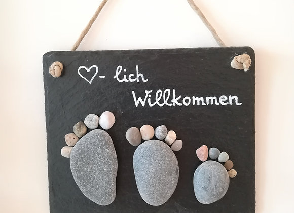 Stein auf Stein - Schiefertafel, Schiefer, Stoneart Türschild Herzlich Willkommen, Füße aus Kieselsteinen