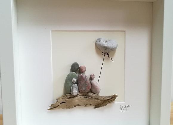 Steinbild - Stoneart, vierköpfige Familie mit Luftballon auf Schwemmholz