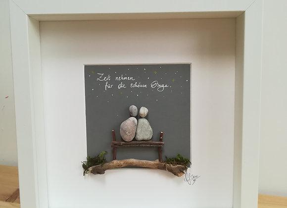 Steinbild - Stoneart, zwei Menschen sitzen auf einer Bank, Zeit nehmen für die schönen Dinge