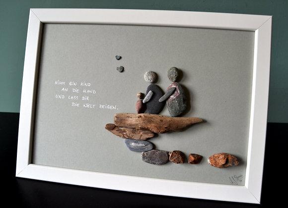 Steinbild - Stoneart, Familie, zu dritt, mit Spruch, Nimm ein Kind an die Hand und lass dir die Welt zeigen