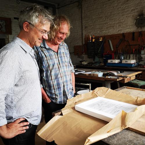 Bruno Robbe et Bernard Tirtiaux heureux devant la lithographie de Bernard