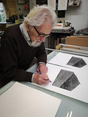 Georges Vercheval signe ses lithographies pour l'atelier du LABORAT08RE