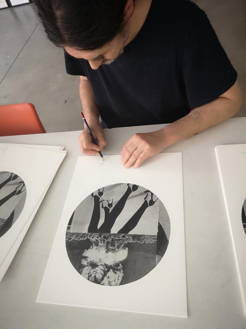 Signature des lithographies de Thierry Tillier au BPS22