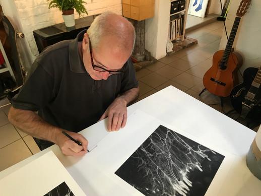 Patrick qui signe les lithographies pour le LABORAT01RE à l'atelier de Bruno Robbe