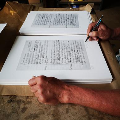 Signature de la lithographie par Bernard Tirtiaux