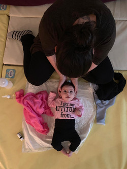 עיסוי תינוקות בתוך הבית הפתוח