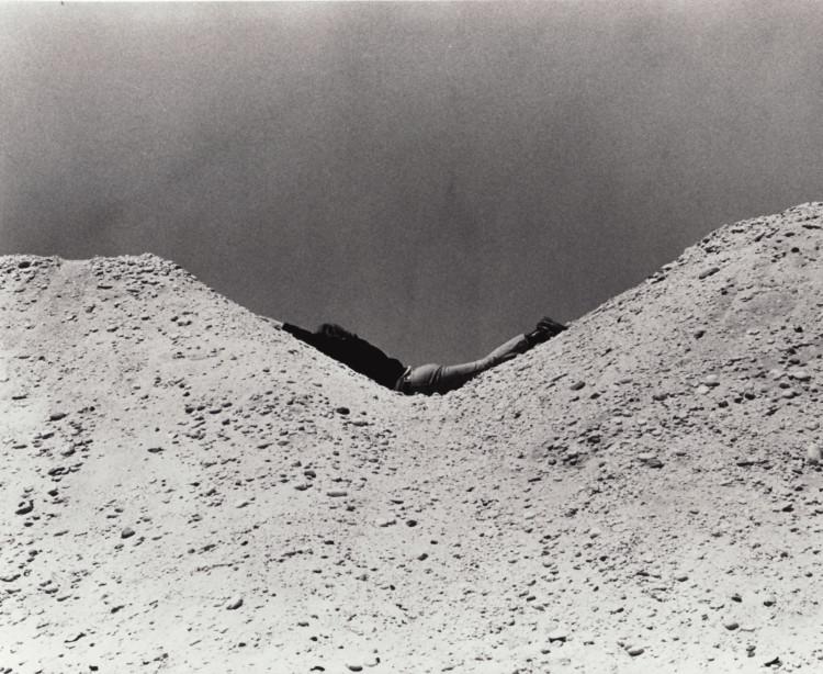 Dennis Oppenheim amolda su cuerpo a dos montículos aparentemente iguales
