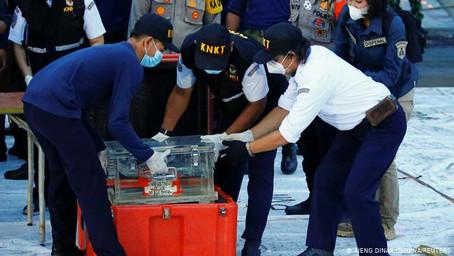 Fueron recuperadas las cajas negras del avión caído en Indonesia